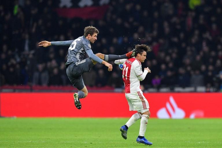 """Thomas Müller si perderà l'andata degli ottavi di Champions League a causa della sacrosanta espulsione rimediata contro l'Ajax. L'attaccante tedesco, sul punteggio di 1-1, è stato autore al 75' di un intervento scomposto ai danni di Nicolas Tagliafico, un calcione alla nuca del difensore argentino da cintura nera di Kung Fu. Nonostante il taglio rimediato, il calciatore dell'Ajax ha potuto proseguire la gara e ha siglato il gol del definitivo 3-3 al 95'. Il giorno dopo Müllersi è scusato via Twitter: """"Vorrei scusarmi con Nico Tagliafico per l'incidente di ieri. Non era mia intenzione. Buon recupero""""."""