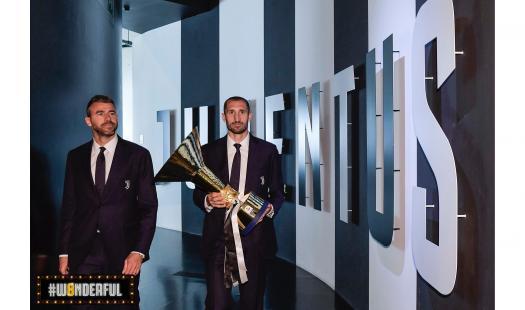 Capitan Giorgio Chiellini ha consegnato la coppa dell'ottavo scudetto consecutivo allo Juventus Museum.