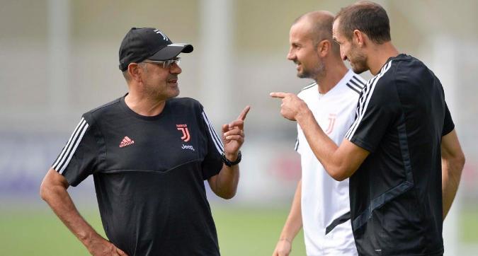 Sarri scherza con Chiellini. E Higuain suda...