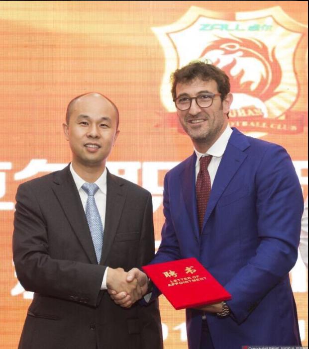 Ciro Ferrara segue Fabio Cannavaro in Cina. L'ex di Juve, Napoli e Nazionale allenerà il Wuhan Zall.