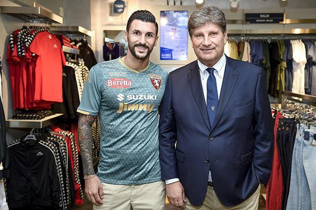 Torino, Soriano presenta la terza maglia