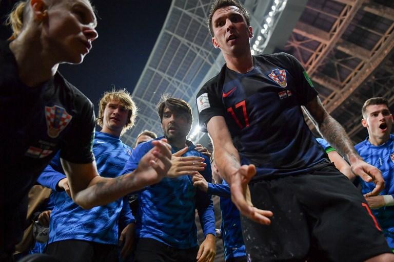 Mandzukic aiuta a rialzare il fotografo che aveva involontariamente colpito dopo l'esultanza per il gol all'Inghilterra (11 luglio)