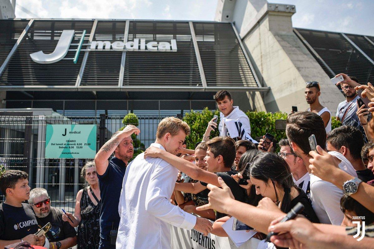 Visite mediche, firma e abbraccio con i tifosi per il difensore olandese (foto juventus.com)