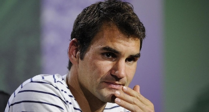 Roger Federer dopo la sconfitta a Wimbledon (foto Lapresse)