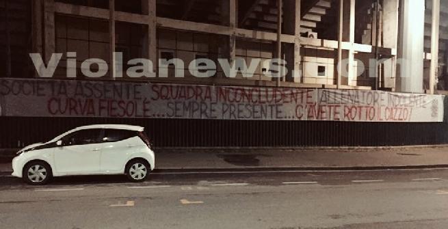 Fiorentina, striscione di protesta dei tifosi allo stadio