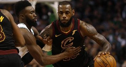 Nba – Super LeBron James stende i Pacers, frena Toronto
