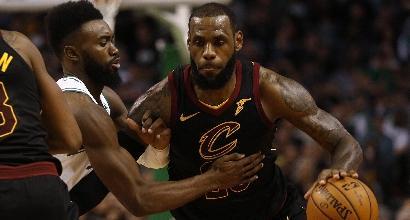 Nba – Super LeBron James stende i Pacers, frena Toronto