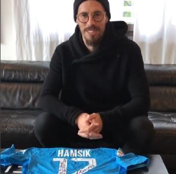 Hamsik, sorpresa a Maradona: in regalo la maglia con cui ha segnato il 115.imo gol in azzurro