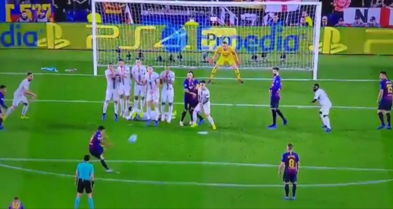 Barcellona-Inter, Brozovic sdraiato dietro la barriera
