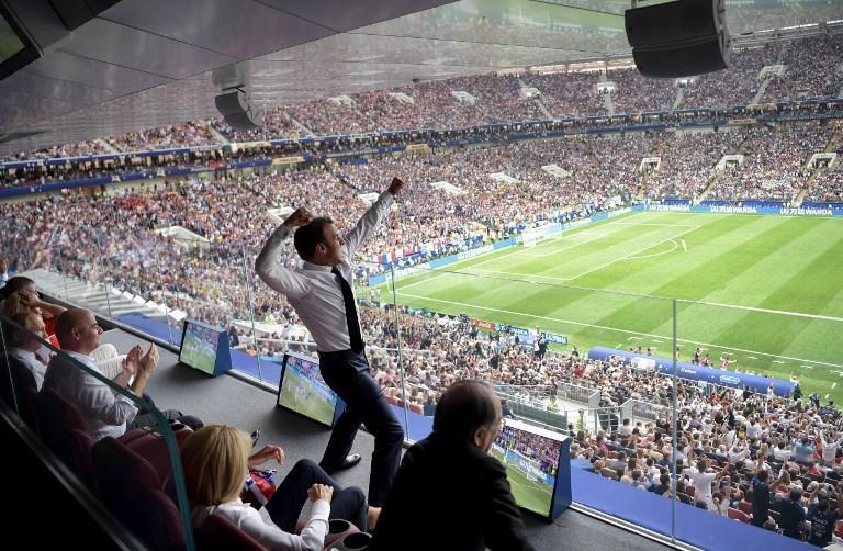 Il presidente francese Macron esulta durante la finale Mondiale contro la Croazia (15 luglio)