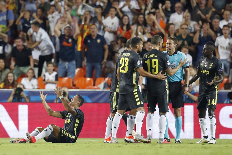 19 settembre - Esordio in Champions per CR7 con la maglia della Juve. Serata amara per il portoghese, che al Mestalla rimedia il suo primo cartellino rosso della carriera nel massimo torneo europeo