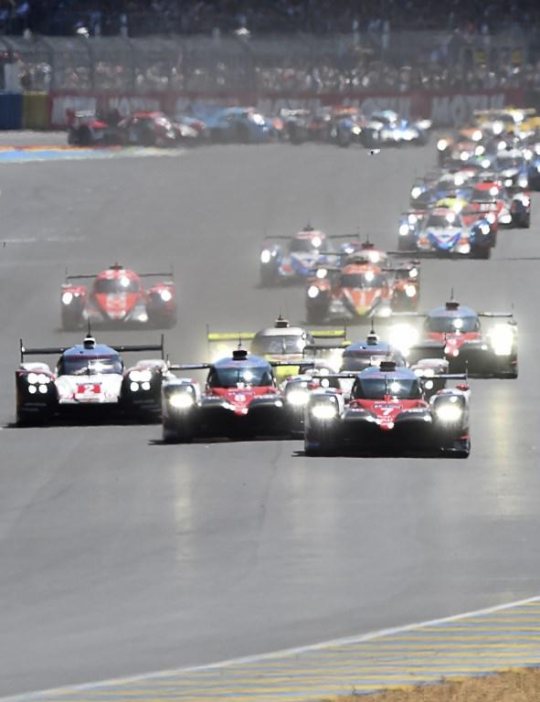Fa festa la Porsche alla 24 Ore di Le Mans, ma che brividi. L'edizione numero 85 della corsa automobilistica più famosa del mondo è stata vinta dalla vettura numero 2 con l'equipaggio composto da Bernhard, Bamber e Hartley al termine di una gara decisa solo a un'ora dalla fine con il sorpasso decisivo. Sul podio anche la Oreca numero 38 del team dell'attore Jackie Chan, che ha cullato il sogno della grande impresa, e quella numero 13 dell'ex F1, Piquet junior, entrambe della categoria LMP2.
