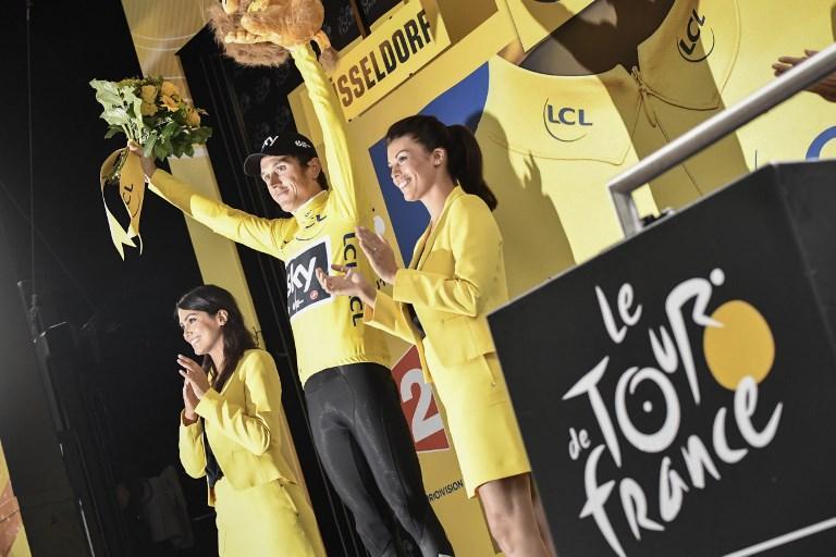 """Tour bagnato, Tour fortunato. Si apre nel segno di Geraint Thomas e della pioggia il Tour de France 2017 con la cronometro inaugurale di Dusseldorf. Il gallese, che mai prima aveva vinto una tappa in carriera, è autore di una prova da incorniciare che gli permette di chiudere con il tempo di 16'04"""" e di indossare la prima maglia gialla di questa edizione."""