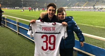 Milan, baby tifoso vince la maglia di Paquetà a pari e dispari
