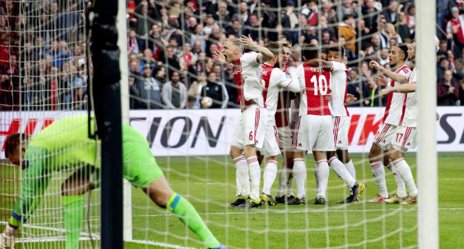 L'Ajax batte il Psv e avvisa la Juve