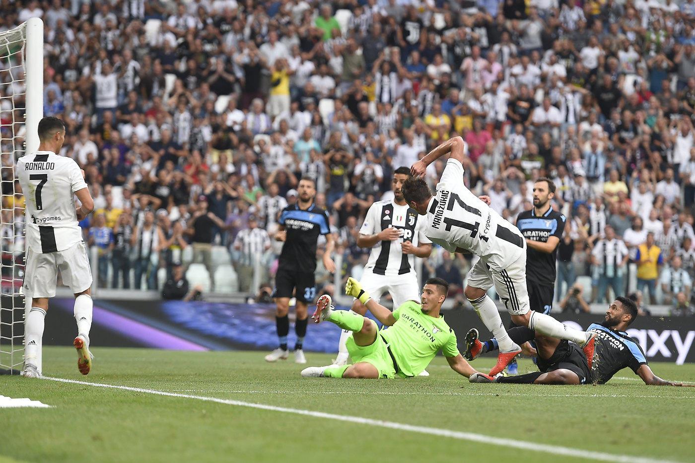"""Chiamatelo """"ammazzagrandi"""": stiamo parlando diMario Mandzukic. Il croato è il guerriero dellaJuve segna solo gol pesanti: in questo campionati, infatti, ha segnato a tutte le big. Un girone d'andata da incorniciare: il 25 agosto il gol del 2-0 alla Lazio per poi proseguire un mese più tardi, il 29 settembre, con la doppietta al Napoli per rimontare la rete di Mertens. L'11 novembre il gol a San Siro contro il Milan, mentre il 7 dicembre è toccato lo stesso destino all'Inter allo Stadium. E adesso anche il gol alla Roma per un pokerissimo davvero importante."""
