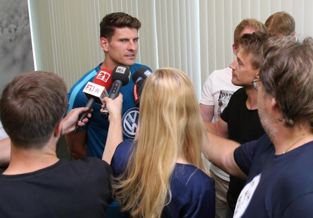 Il Wolfsburg ha presentato il suo nuovo attaccante: si tratta di Mario Gomez, proveniente dalla Fiorentina.<br /><br />