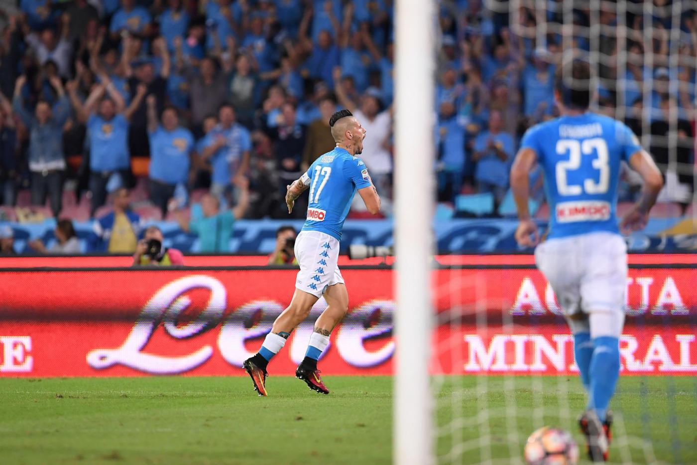 """Con la rete al Chievo al 39' del primo tempo, Marek Hamsik ha segnato il gol numero 100 con la maglia del Napoli. Lo slovacco, capitano della squadra di Sarri, è arrivato sotto il Vesuvio nell'estate 2007 e quella in corso è la sua 10a stagione con gli Azzurri. """"""""Contava vincere qui in casa e l'abbiamo fatto contro una squadra tosta. Siamo contenti della vittoria. I 100 gol col Napoli? E' un bellissimo traguardo, sono contentissimo ma più di questo contano i risultati. Siamo in alto in classifica e questo è l'importante, abbiamo iniziato bene e dobbiamo continuare così"""" ha detto Hamsik ai microfoni di """"Serie A Live""""."""