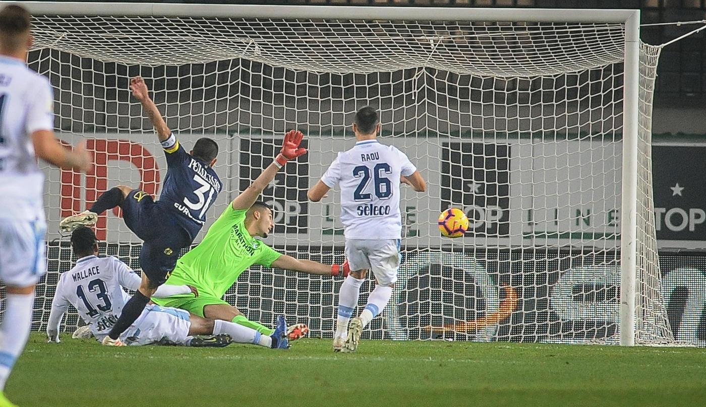 Punto prezioso per il Chievo nella 14.ma giornata di Serie A. Al Bentegodi la squadra di Di Carlo pareggia 1-1 con la Lazio, rovinando i piani di Inzaghi. Perfettamente servito da Birsa, nel primo tempo l'inossidabile Pellissier sblocca la gara al 25', poi nella ripresa i biancocelesti alzano il ritmo e pareggiano i conti al 66' con Immobile, che centra anche un palo. Pari amaro per la Lazio, superata dal Milan al quarto posto.