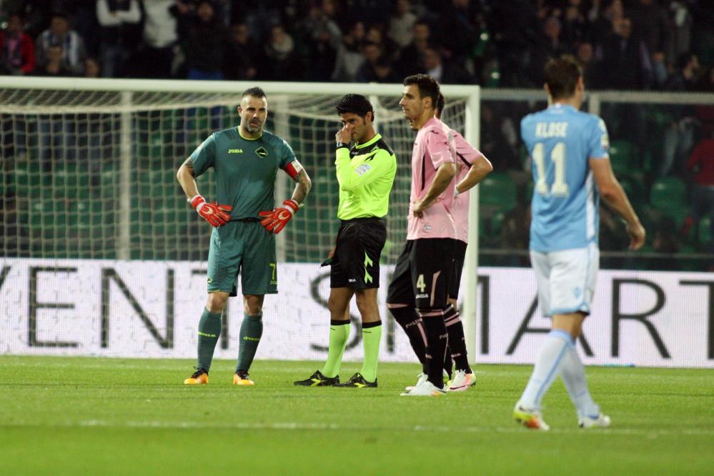 Palermo-Lazio sospesa due volte per lancio di petardi