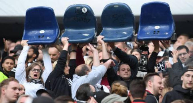 Eintracht-Chelsea, i tifosi vogliono stare in piedi: seggiolini rimossi