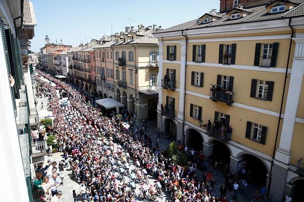 Cesare Benedetti ha vinto la 12.a tappa del Giro d'Italia, da Cuneo a Pinerolo. Polanc è la nuova maglia rosa.