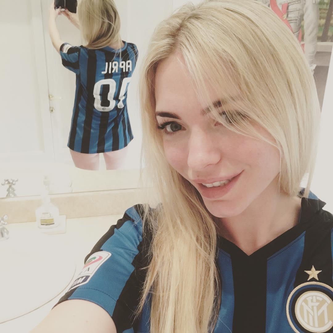 """April Summers, tifosa dell'Inter, affida a Twitter il suo appello a società e Icardi: """"Per noi il miglior capitano, ci ha portati in C..."""