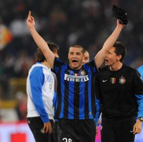 Maggio 2010. Chivu esulta mostrnado il dito medio ai tifosi della Roma.