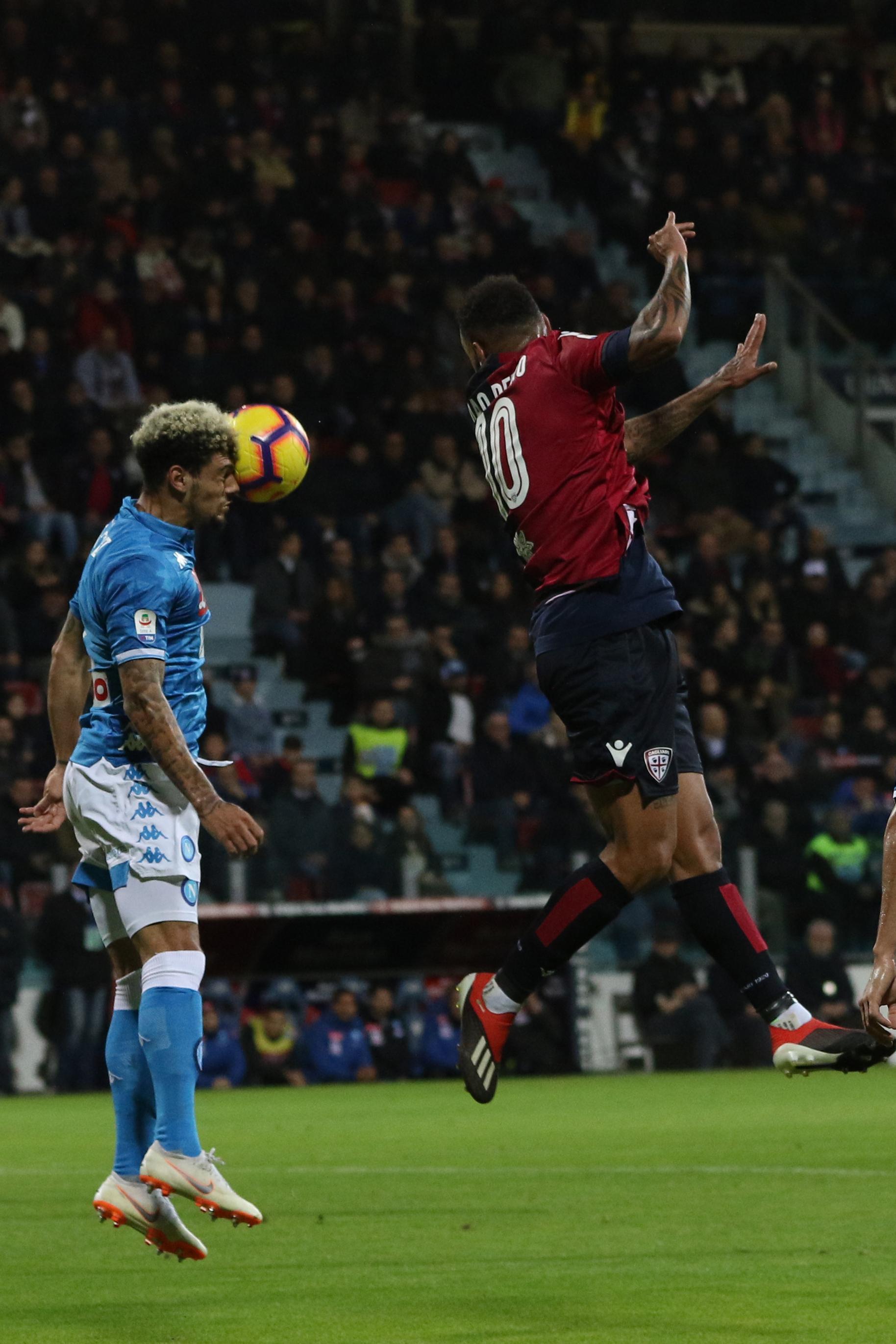 Nella 16a giornata di Serie A, il Napoli batte 1-0 il Cagliari grazie a una punizione di Milik al 91' e rimane a -8 dalla Juventus capolista. Ancelotti vara un ampio turnover e il primo tempo degli azzurri è davvero sottotono: Ospina dice no a Faragò. Koulibaly e compagni si svegliano nella ripresa: Milik prende una clamorosa traversa di testa al 68', poi decide il match nel recupero con una splendida pennellata di sinistro.