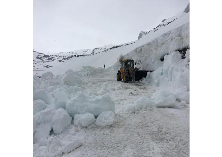 Situazione critica sul Gavia, dove martedì 28 Maggio dovrebbe transitare il Giro d'Italia per la 16.ma tappa. Al momento ci sono oltre 4 metri di neve...