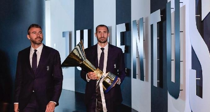 Juve, Chiellini porta la coppa dello scudetto al Museum