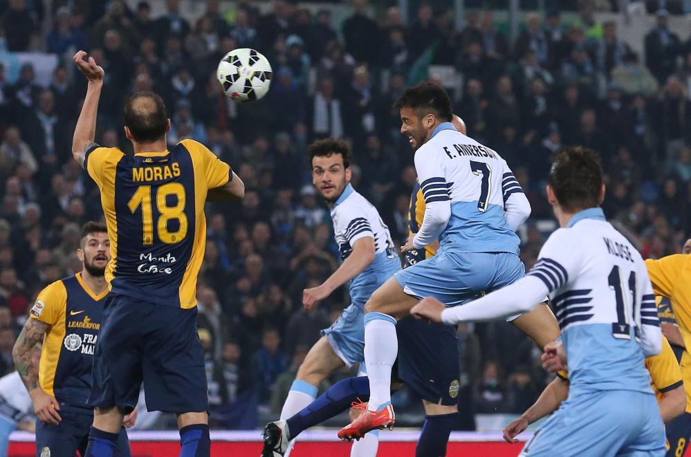 Una grande Lazio supera senza difficoltà il Verona e centra la sesta vittoria consecutiva in campionato. All'Olimpico, la squadra di Pioli vince 2-0 grazie ai gol di Felipe Anderson e Candreva, entrambi a segno nel primo tempo: il brasiliano sblocca con un colpo di testa al 5', l'azzurro raddoppia con un calcio di punizione al 47'. I biancocelesti sono terzi in classifica a +4 sulla Sampdoria e a +5 sul Napoli.<br /><br />