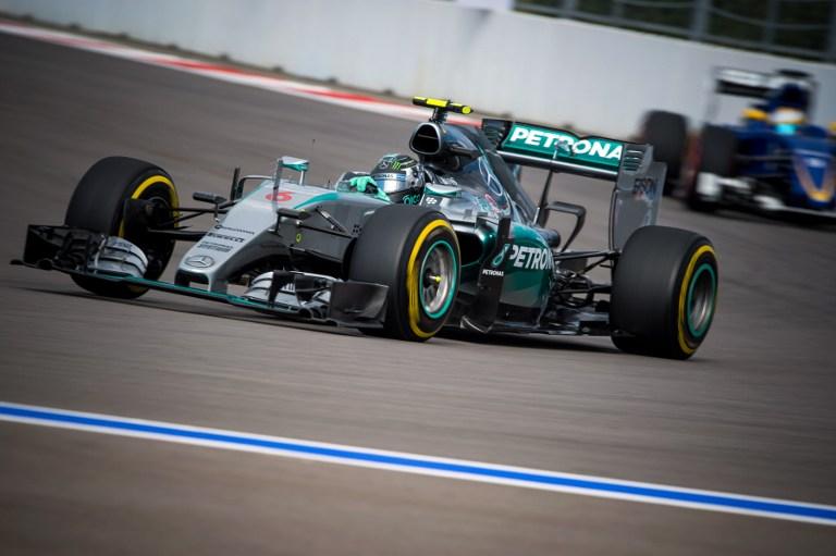 """Nico Rosberg strappa il titolo di re delle qualifiche a Hamilton e conquista la pole position del GP di Russia di F1. A Sochi il tedesco corre sempre al comando e chiude davanti a tutti con il tempo di 1'37""""113, staccando il compagno della Mercedes di tre decimi. Alle loro spalle Bottas (Williams) e Vettel (Ferrari), anche se staccatissimi. Quinto Raikkonen con l'altra Rossa, che precede le Force India di Hulkenberg e Perez."""
