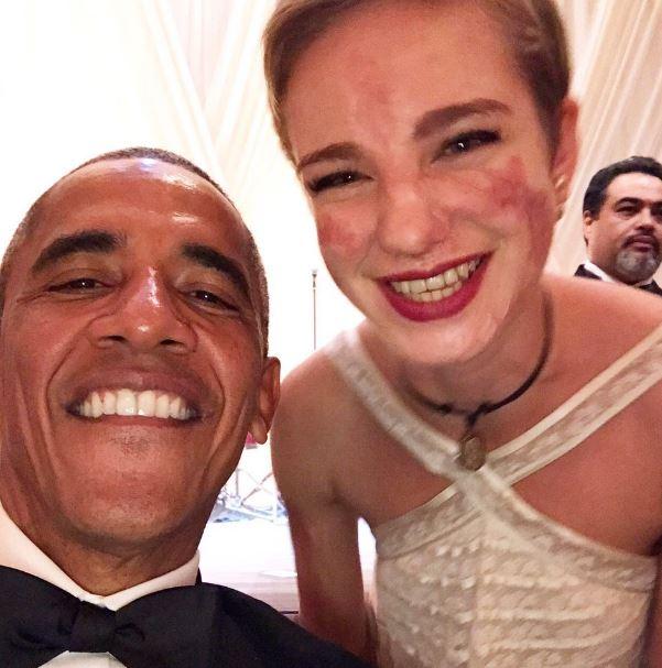"""E alla fine ce l'ha fatta. Come sempre. Bebe Vio è riuscita a superare la timidezza e a strappare un selfie al presidente degli Stati Uniti Barack Obama. """"Non sapevo cosa dire. Non ho avuto neanche il coraggio di chiedere un selfie"""", aveva confessato la campionessa paralimpica dopo la State Dinner a Washington offerta dal numero uno della Casa Bianca. E invece la fiorettista è riuscita a fare anche """"un piccolo sgarro al protocollo"""", come scritto sui suoi profili social, dove ha condiviso lo scatto."""