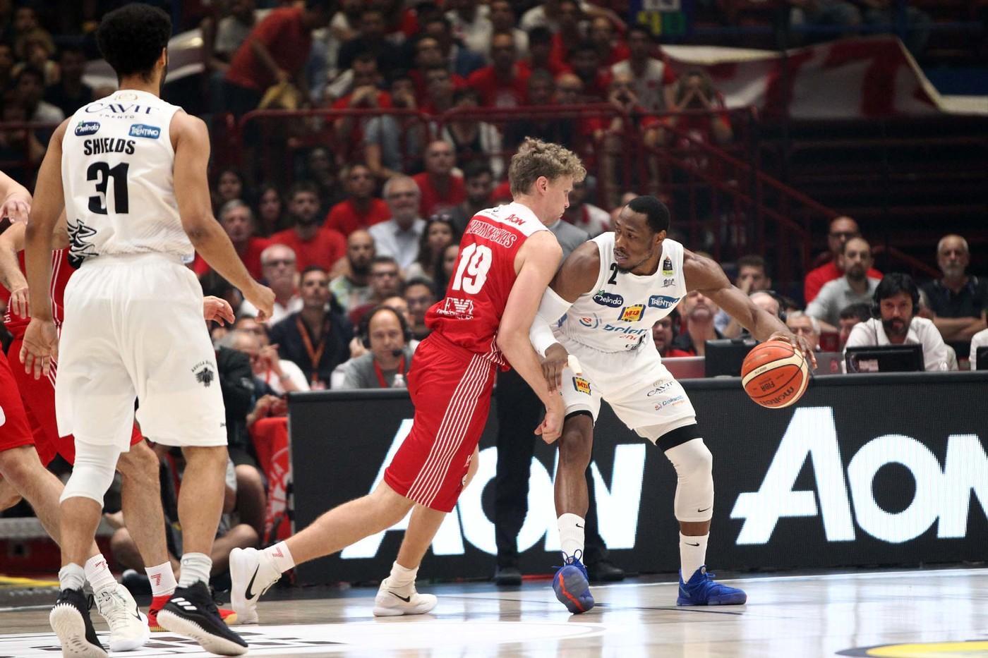 Basket, Finals: Olimpia al fotofinsh: 3-2 su Trento