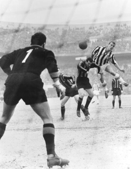 <p>Juventus vs Inter 1956: John Charles svetta nell'area dell'Inter</p>