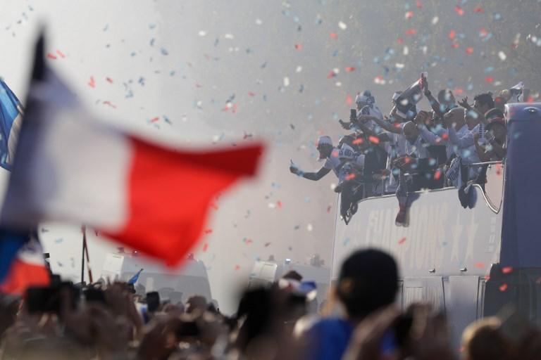 La Francia per le vie di Parigi festeggia sul pullman della squadra il Mondiale di calcio (16 luglio)