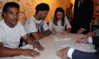 Ronaldinho firma con il Flamengo