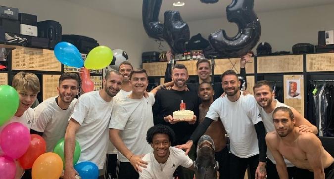 Barzagli, festa di compleanno nello spogliatoio