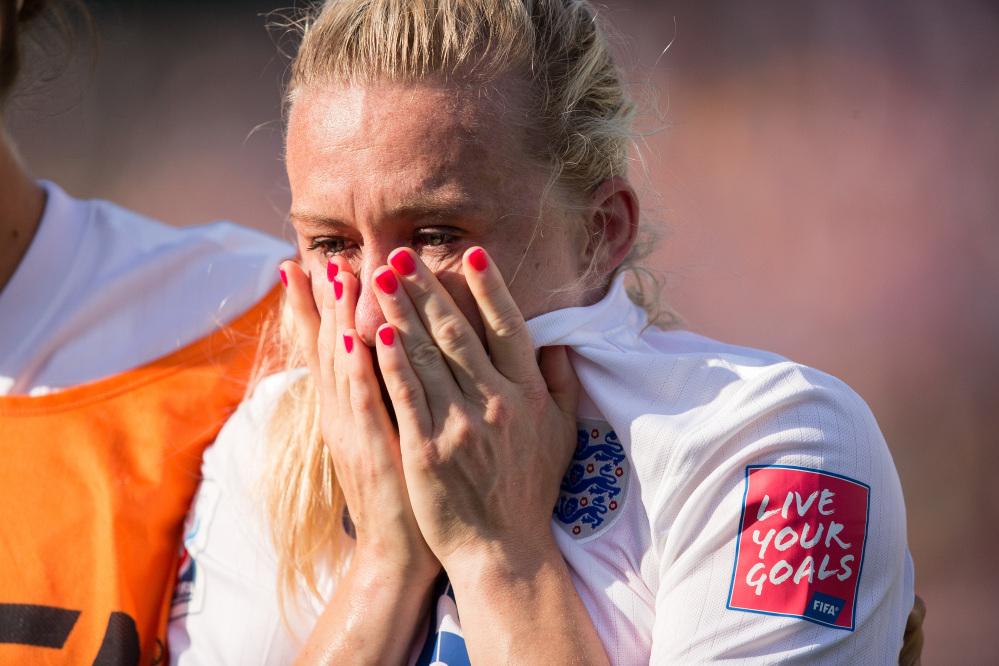 Autogol e lacrime: la Bassett condanna l'Inghilterra