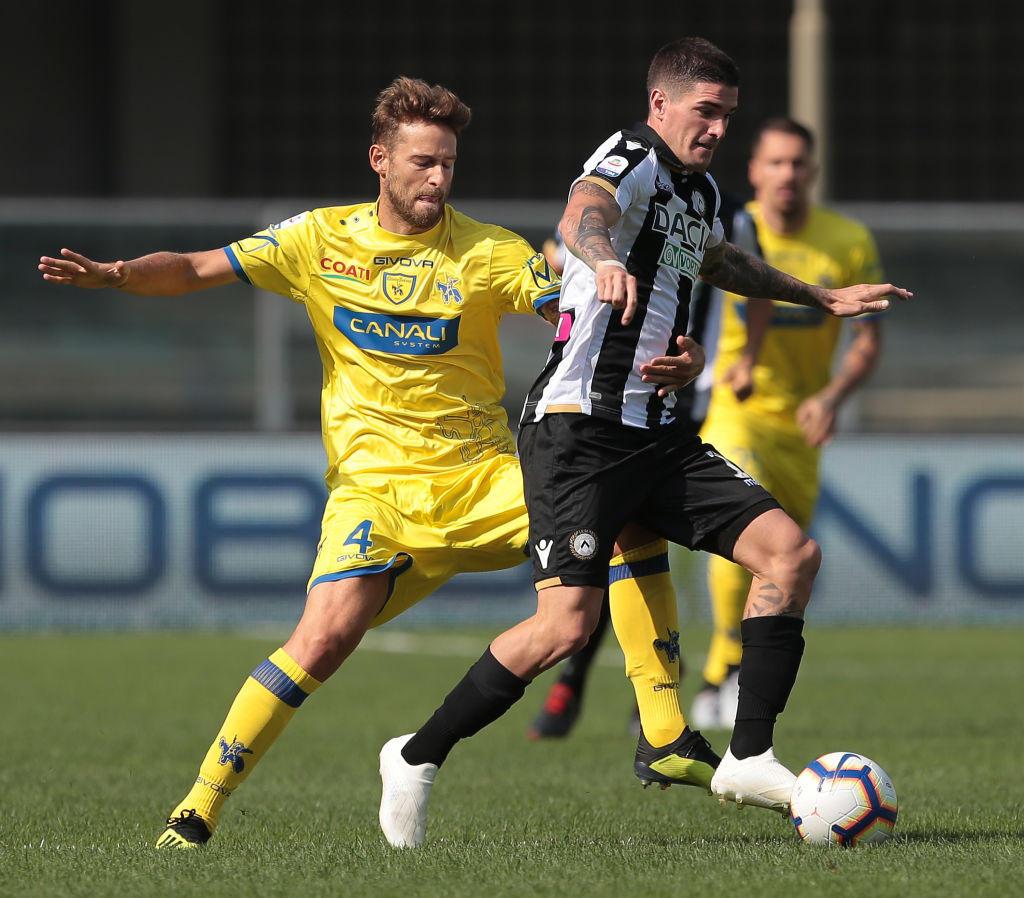 Vittoria pesantissima per l'Udinese, che passa 2-0 sul campo del Chievo nella quinta giornata di Serie A. Match a lungo equilibrato tra gialloblu' e bianconeri, occasioni da una parte e dall'altra specie nella ripresa. E' De Paul a spaccare il match, segnando da 25 metri (76') e poi lanciando Lasagna per il raddoppio al 90'. Squadra di Velazquez a quota 8, il Chievo non riesce a schiodarsi dal fondo della classifica.