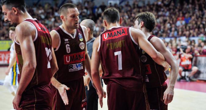 Basket, playoff: Venezia raggiunge Sassari in finale, Cremona espugnata 79-69
