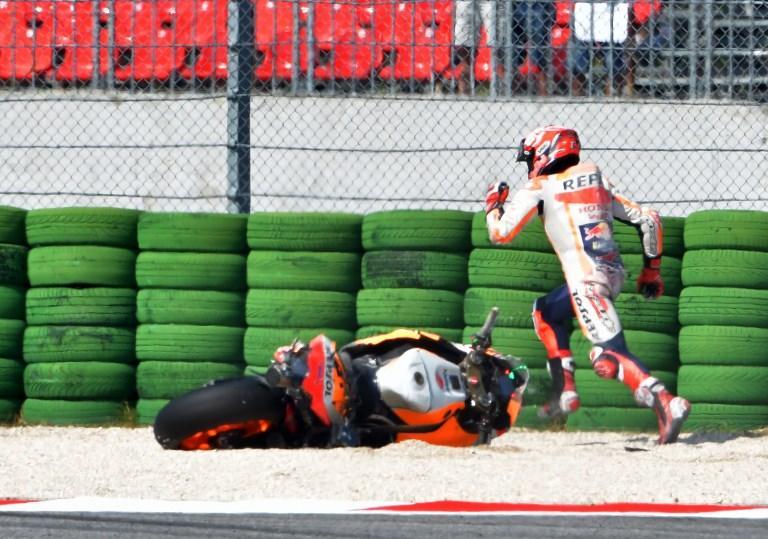 Marc Marquez cerca di recuperare la sua Honda dopo la scivolata nelle prove del GP di Sa Marino (8 settembre)