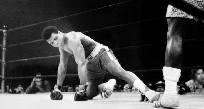 Boxe, venduti a 290mila euro i guantoni indossati da Muhammad Ali contro Frazier