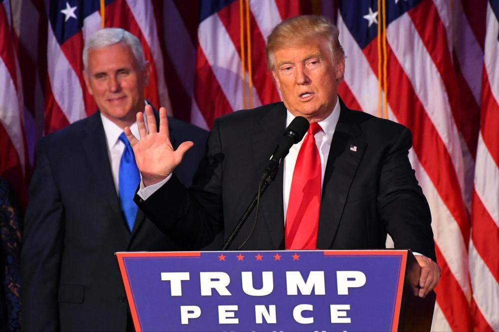 Usa 2016, Trump emozionato sul palco per il primo discorso: le foto