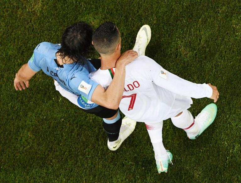 Ronaldo e Cavani abbracciati alla fine di Uruguay-Portogallo dei Mondiali (30 giugno)