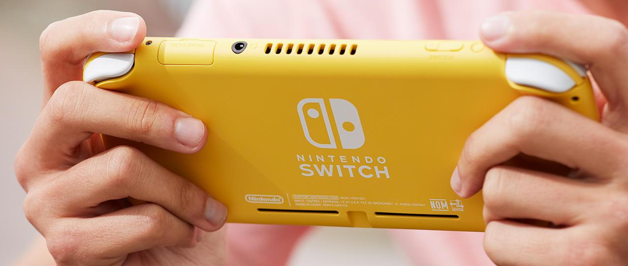 Nintendo ha svelato Nintendo Switch Lite, una console pensata specificamente per giocare in modalità portatile ai titoli per Nintendo Switch. Nintendo Switch Lite sarà disponibile dal 20 settembre in tre diversi colori: giallo, grigio e turchese. Oltre alla console, sarà possibile acquistare anche un set composto da una custodia e una pellicola protettiva per lo schermo di Nintendo Switch Lite. Nintendo Switch, la top di gamma della famiglia, è arrivata sul mercato a marzo 2017 e offre tre diverse modalità di gioco: la modalità TV, in cui la console viene inserita nella base per Nintendo Switch, la modalità da tavolo, ideale per giocare in modalità cooperativa o competitiva condividendo i controller Joy-Con, e la modalità portatile. La console include controller Joy-Con grigi o rosso neon e blu neon. Nintendo Switch Lite dispone di comandi integrati ed è più compatta della versione top di gamma Nintendo Switch. Non è dotata dello stand integrato per la modalità da tavolo e, trattandosi di una console portatile, non trasmette l'immagine alla TV. Per questo motivo, la confezione non include una base o un cavo HDMI. Un elenco completo delle differenze tra Nintendo Switch e Nintendo Switch Lite è disponibile sul sito ufficiale di Nintendo Switch. Con la nuova console è possibile giocare a tutti i titoli per Nintendo Switch compatibili con la modalità portatile, anche se per alcuni di essi ci saranno delle restrizioni. Oltre ai tre colori già citati, dall'8 novembre Nintendo Switch Lite sarà disponibile nella versione Nintendo Switch Lite edizione speciale Zacian & Zamazenta, con eleganti pulsanti ciano e magenta e illustrazioni dei due nuovi Pokémon leggendari di Pokémon Spada e Pokémon Scudo. La console Nintendo Switch Lite edizione speciale Zacian & Zamazenta sarà disponibile fino a esaurimento scorte. I possessori di Nintendo Switch e Nintendo Switch Lite potranno divertirsi insieme con i giochi compatibili, come Super Mario Maker 2, Mario Kart 8 Deluxe, Splatoon 2 e