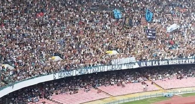 """Gli ultras del Napoli provocano Tosel con uno striscione: """"Napoli colera. Ora chiudeteci la curva"""""""