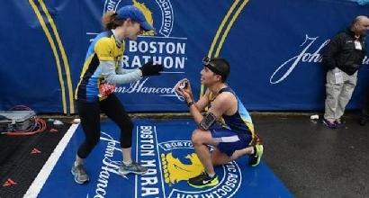 Maratona Boston, proposta di matrimonio sul traguardo