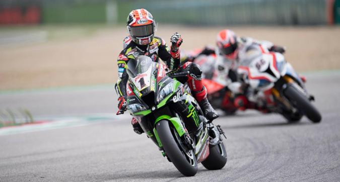 Superbike a Imola, Rea ci prende gusto: vince anche la Superpole Race
